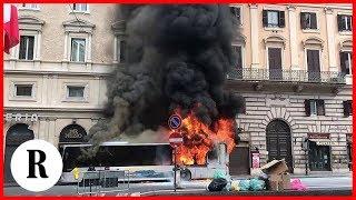 Roma, bus Atac in fiamme in via del Tritone: lo scoppio e la fuga