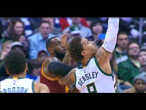 Kevin Love Touchdown Pass to LeBron James | 11.29.16