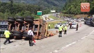 Two injured in bus, trailer accident along Karak Highway
