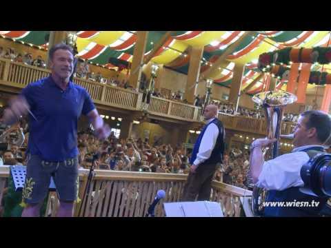 arnold schwarzenegger  dirigiert auf dem oktoberfest 2016