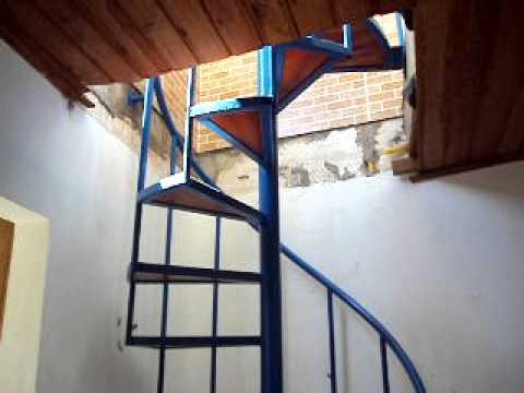 Escada caracol com degraus de madeira. fabricada por Alirio Lima ...