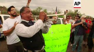 Pro and anti-immigration protesters faced off in Arizona after a sheriff said a bus would deliver ch