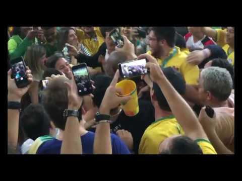 79c0a9c82e6 Neymar sobe arquibancada para abraçar Bruna Marquezine - YouTube