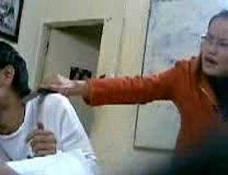 Cô giáo cầm dao kề vào cổ học sinh
