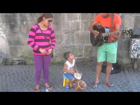 The world's smallest percussionist plays on Tübingen Street.. Video Edson  Santana