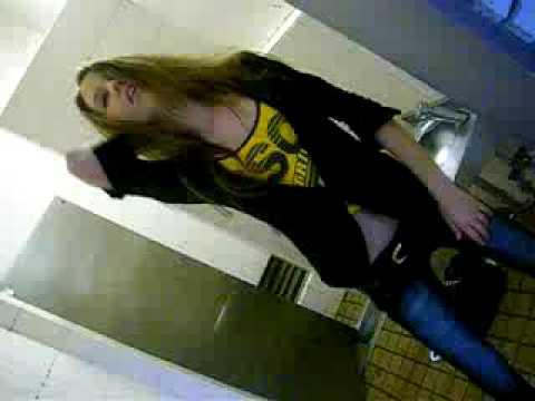 Порно видео Блондинка сосет в туалете скачать и смотреть