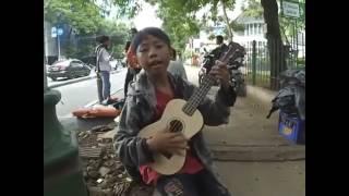 Video Pengamen Cilik Bersuara Emas.Menyanyikan Lagu Suci Dalam DEBU download MP3, 3GP, MP4, WEBM, AVI, FLV Juni 2018