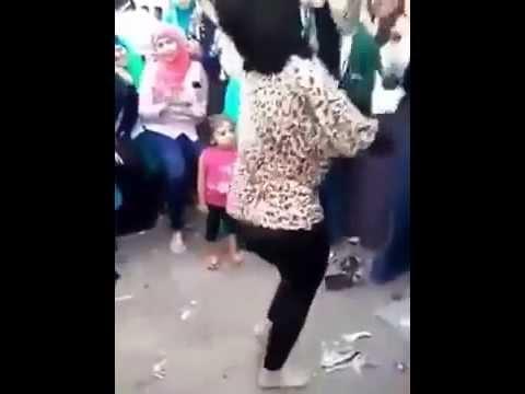 فتاة تقلد صافيناز و شاكيرا فى فرح شعبى 2015 thumbnail