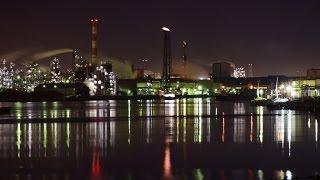 運河両岸にぎっしり工場夜景 川崎市の千鳥橋