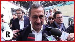 Olimpiadi invernali 2026, Sala arriva in treno a Milano ed esulta con le braccia al cielo