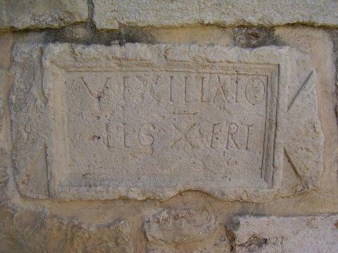 שביל אמאוס - המנזר הבנדיקטיני באבו גוש - Henri Gourinard מסביר על אבן הלגיון הרומאי העשירי פרטנסיס