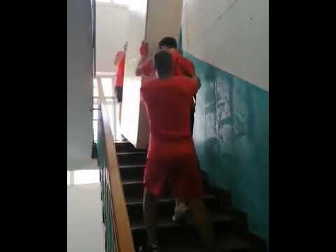 Спуск шкафа по лестнице