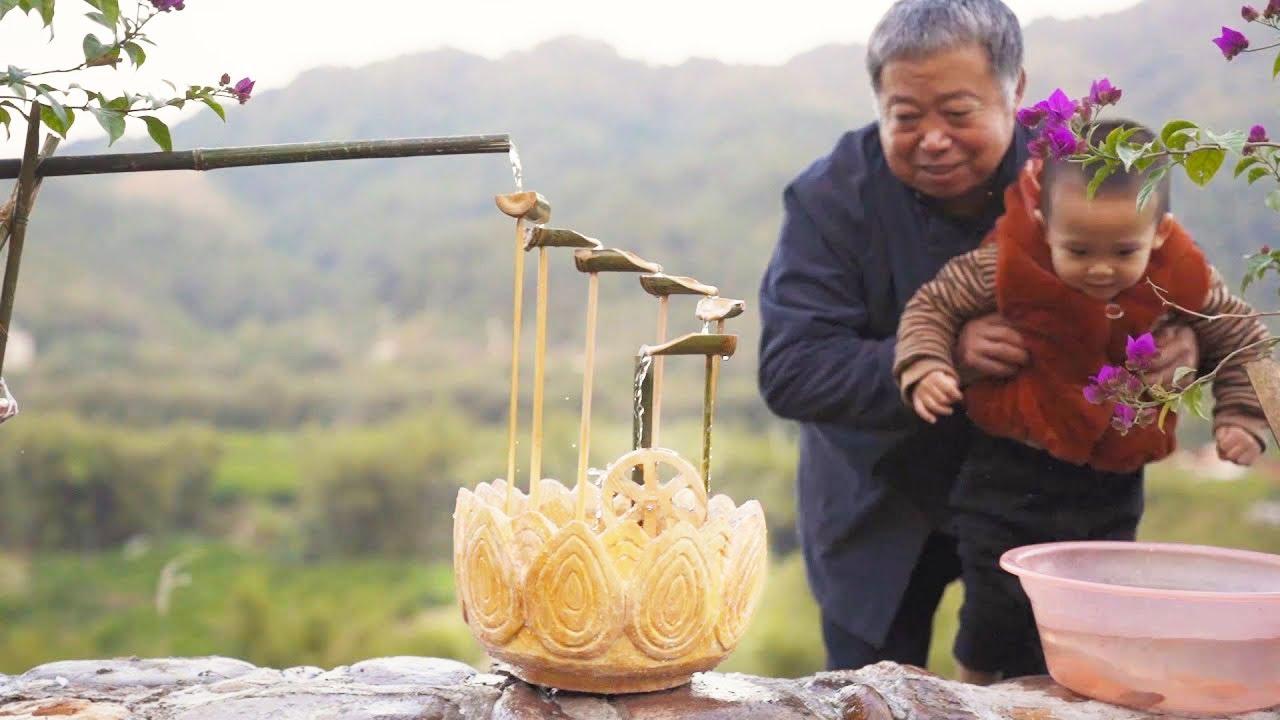 阿木爷爷好手艺,为孙子打造流水摆件鱼池,莲花配绿竹完美