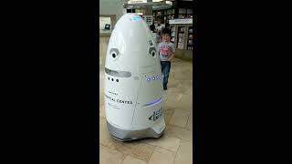 Mobile security robot at Prudential Center in Boston セキュリティロボット巡回中1