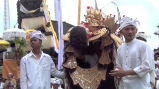 Repeat youtube video Bali: Odalan Temple Celebration (Barong, Gamelan, Dancing) Pura Gunung Raung Taro by Hans & Fifi