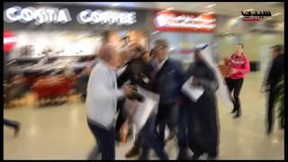 مدير أعمال شيرين عبد الوهاب يعتدي بالضرب على مصور بالكويت (فيديو)