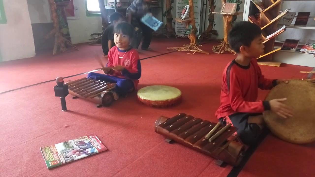 Anak TK belajar alat musik tradisional (Pustaka Jazila Annur) - YouTube