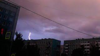 Смотреть видео Молния ударила во время грозы в Санкт Петербурге онлайн