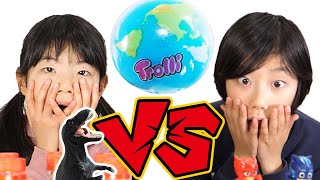 【チャレンジ】恐竜のフィギュアとボトルを兄妹で積み上げる対決!地球グミはどちらのもの?