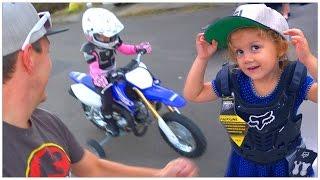 KIDS FIRST DIRT BIKE RIDE!    🚵🚲FAMILY DIRT BIKE SHOPPING