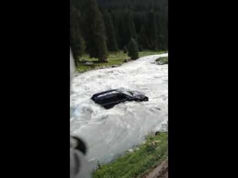 Limon.KG: Машину с 9 людьми занесло в реку Чон-Кызыл-Суу