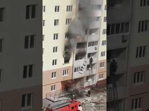 Крупный пожар в Энгельсе. Проведена эвакуация, пострадала женщина