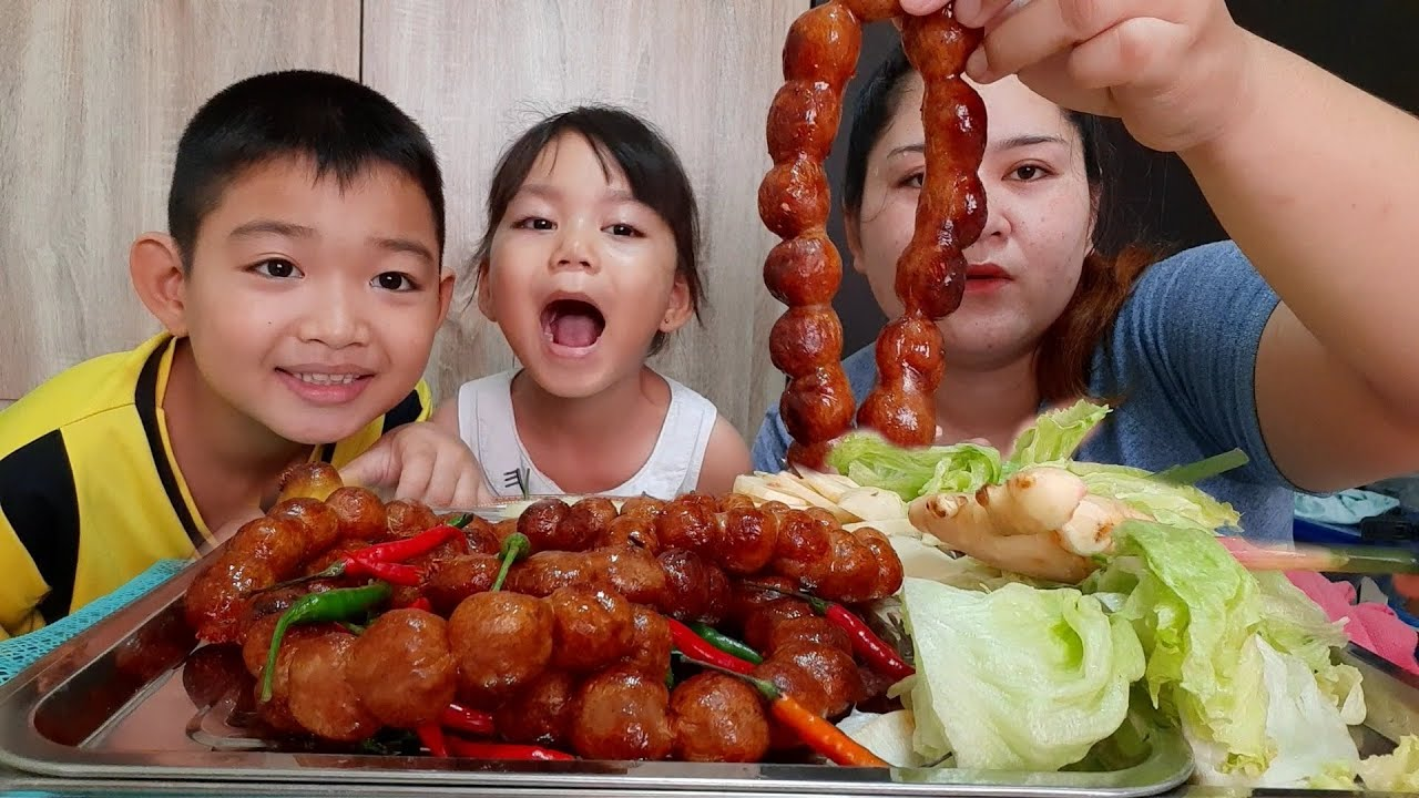 ไส้กรอกอีสาน(ไส้กระสือ)ย่างฮ้อนๆกินกับขิงสดพริกสดแซบๆ 28 กรกฎาคม ค.ศ. 2020
