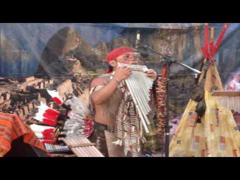 Músicos Peruanos tocando no Centro do Rio de Janeiro. Flautas Românticas Bambu. Elar Gutierrez.