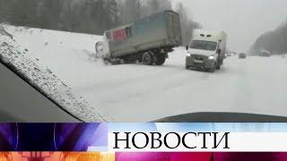 В Свердловской области устраняют последствия мощного снежного циклона.