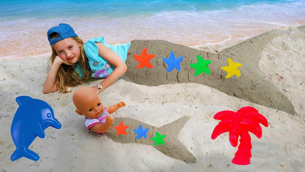 Полина как русалка играет с куклой