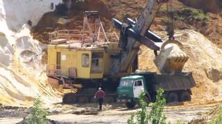 EKG-5 shovel loads dump trucks in sand quarry. ЭКГ-5 загружает самосвалы песком