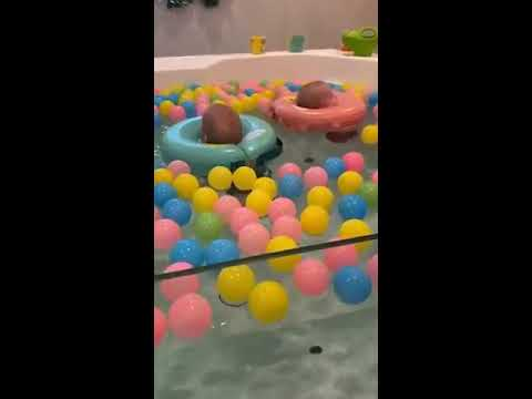 Twins Have A Good Time In Magnesium Pool At Baby Spa - 1028503-2