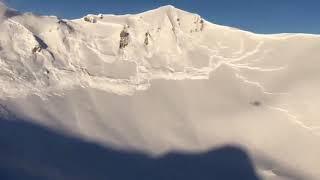 Момент создания гигантской снежной лавины в Альпах