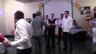 Забавное бросание подвязки на свадьбе.