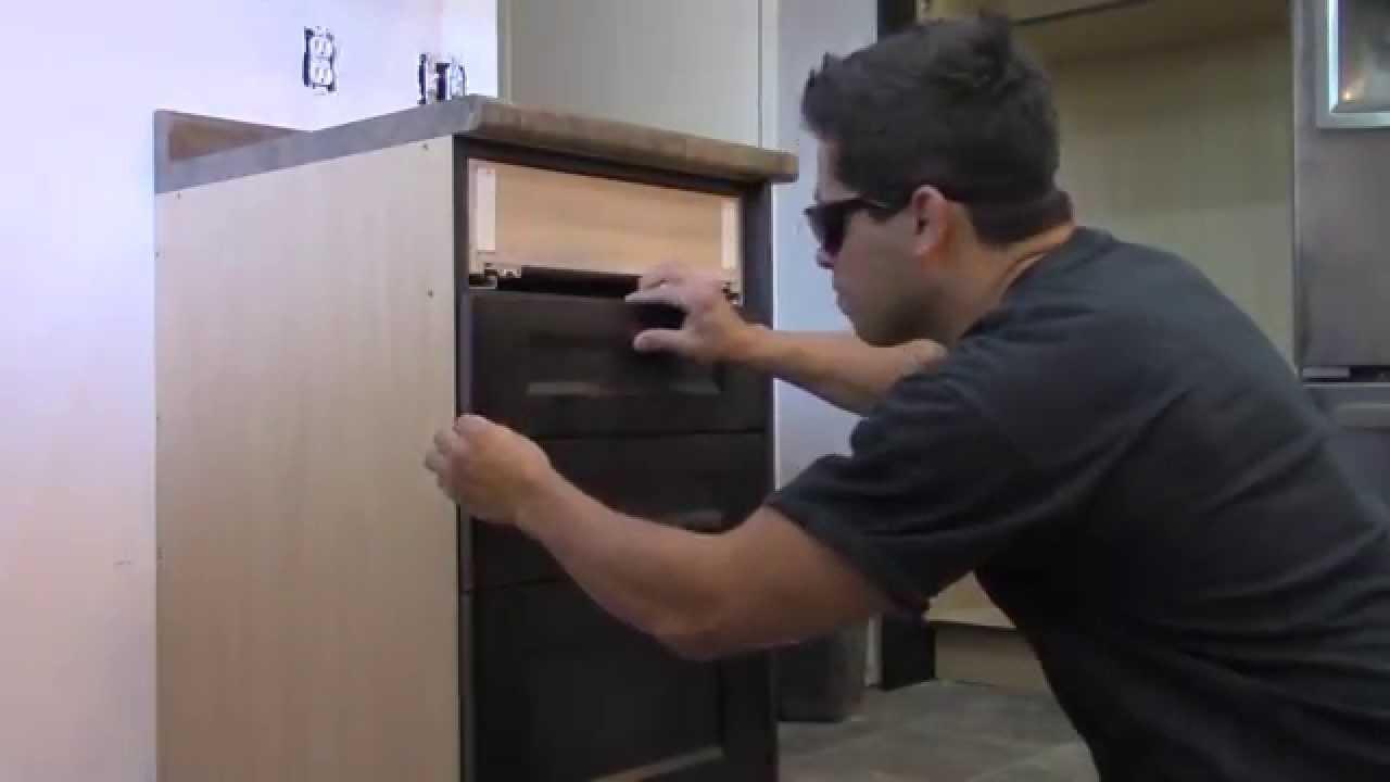 Tutorial de como instalar el frente de los cajones de una cocina youtube - Cajoneras de cocina ...