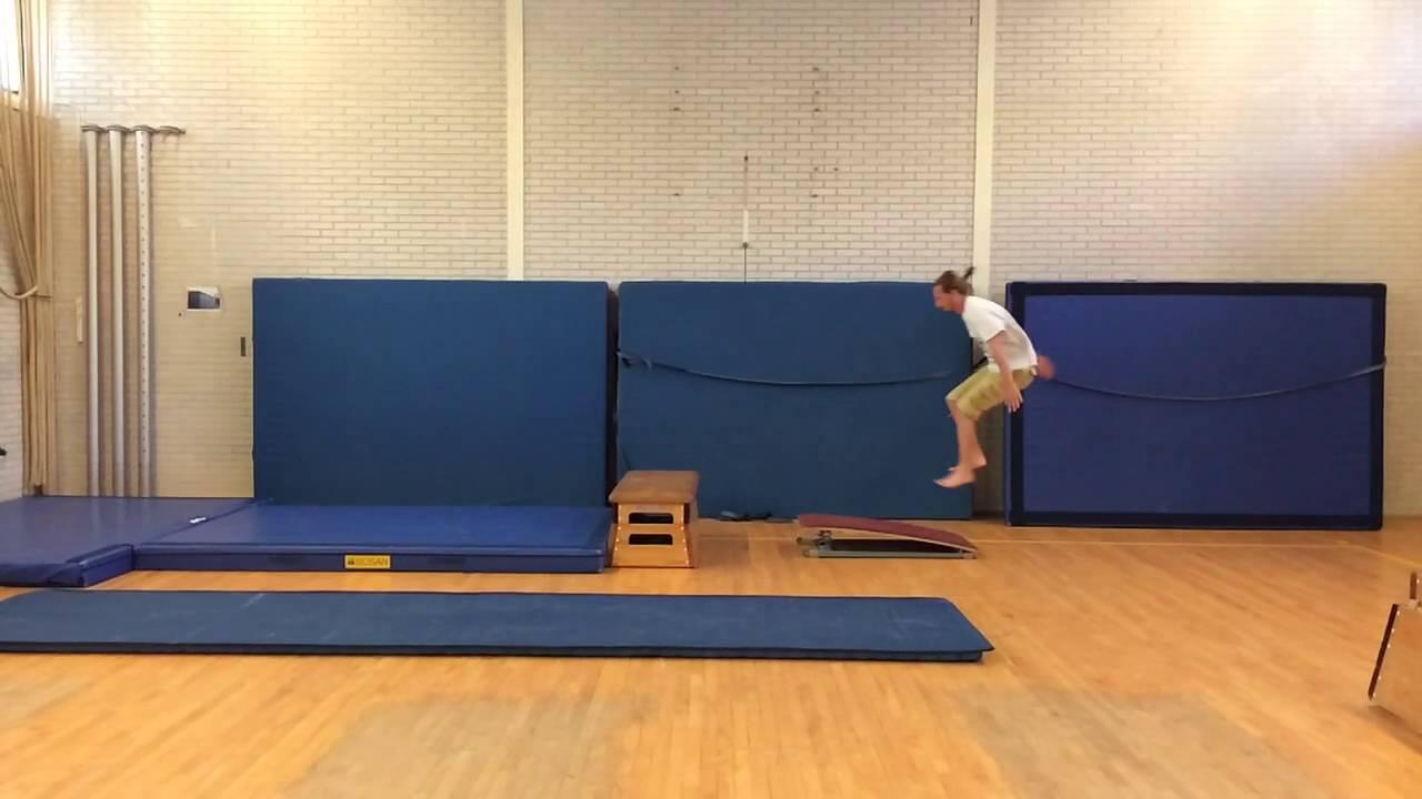 Arabier Salto Over Even Kast Met Plank