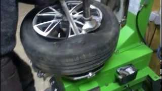 Шиномонтаж колеса(Демонтаж и монтаж покрышки на станке., 2015-01-28T04:59:34.000Z)