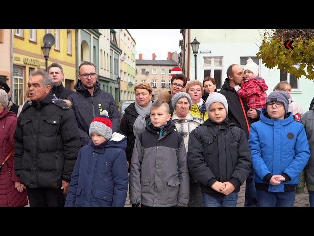 Mieszkańcy Połczyna-Zdroju śpiewają Mazurka Dąbrowskiego