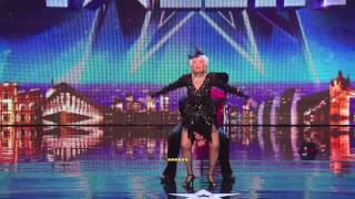 Video: Una mujer de 80 años baila salsa y sorprende a todo el mundo