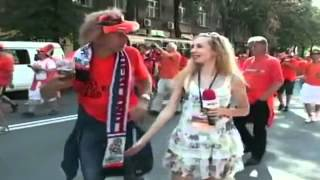 Repeat youtube video Euro 2012 un fan soulève la jupe d'une journaliste