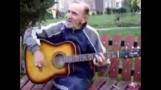 Дед гитарист играет рок н ролл очень круто