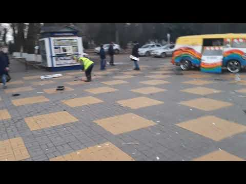 Автомобиль вылетел на площадь в Батайске