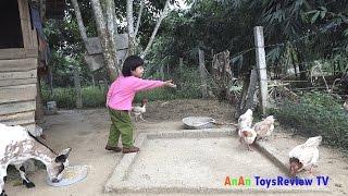 Feeding and playing with animal – Bé chơi và cho vật nuôi ăn ❤ Anan Toysreview TV ❤