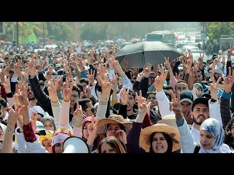فيديو: الشرطة المغربية تفرق بخراطيم المياه مظاهرة لمعلمين يحتجون على أوضاع العمل…  - نشر قبل 17 ساعة