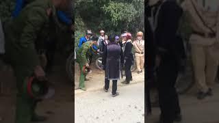 Nhóm người dân tộc chống đối cảnh sát giao thông khi bị giữ xe ở Sapa