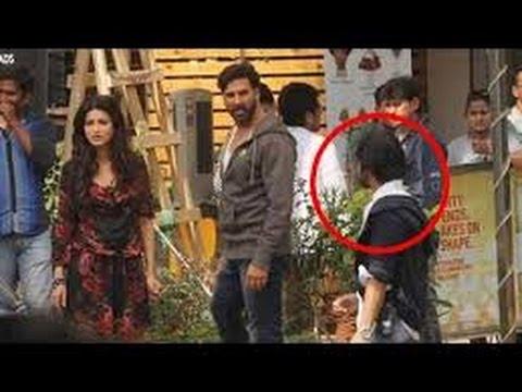 Akshay Kumar Slaps a FAN on set of new film Gabbar - YouTube
