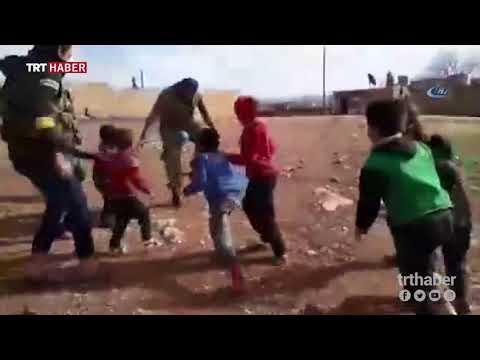Afrin'de bulunan bir köyde ÖSO askerleri çocuklarla top oynadı.