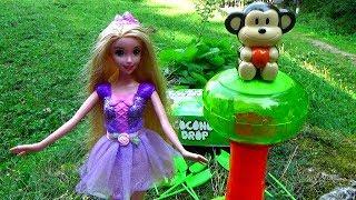 Papusile joaca un nou joc cu bomboane si nuci de cocos /Barbie / LPS