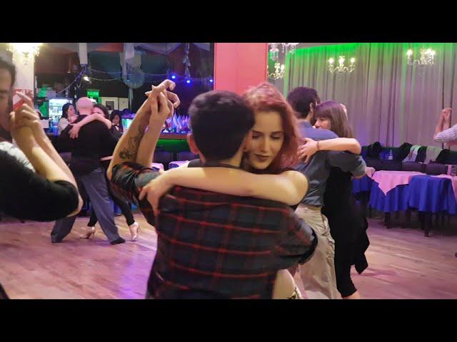Posturas de baile de tango social en la pista de la milonga, tango Buenos Aires