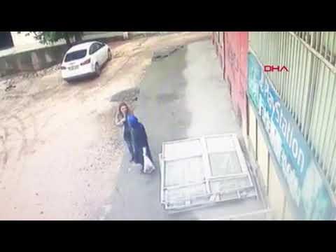 Diyarbakır'da çöken kaldırımın içine doktor ve hemşire düştü